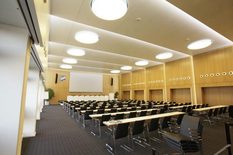 LED Round&Round Deckenleuchten mit direkter Tunable White Beleuchtung und indirekter multicolor Korona LED in der Bayerische Landesärztekammer München