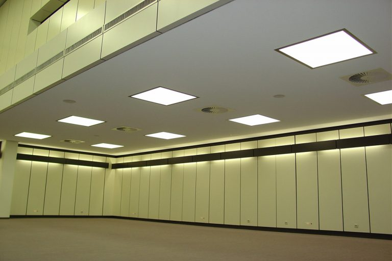 LED SHUTTLE Lichtdecken mit Tunable White LED-Technik im Auditorium der Berufsgenossenschaft Nümbrecht