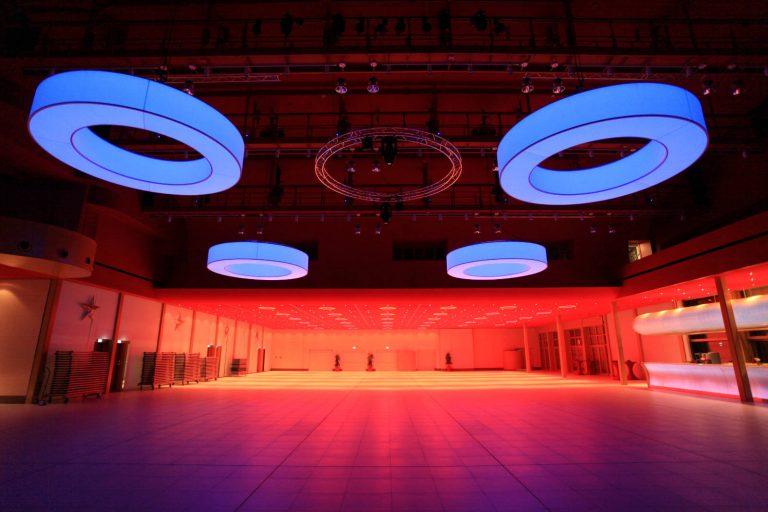 LED CIRCLE Pendelleuchten mit multicolor LED im Casino 2000 Luxemburg