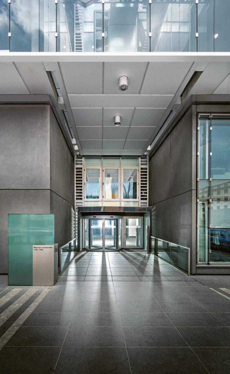 Atrium Plaza in Frankfurt a.M. Tunel vor dem Umbau mit LED-Lichtwänden mit Tunable White LED-Technik der Firma ENDLIGHT Lichtobjekte GmbH.