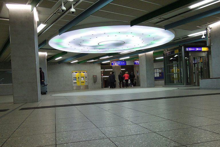 Grosse runde LED Lichtdecke mit Lichteffekten am Rathausplatz U-Bahn in Essen - EVAG Essen