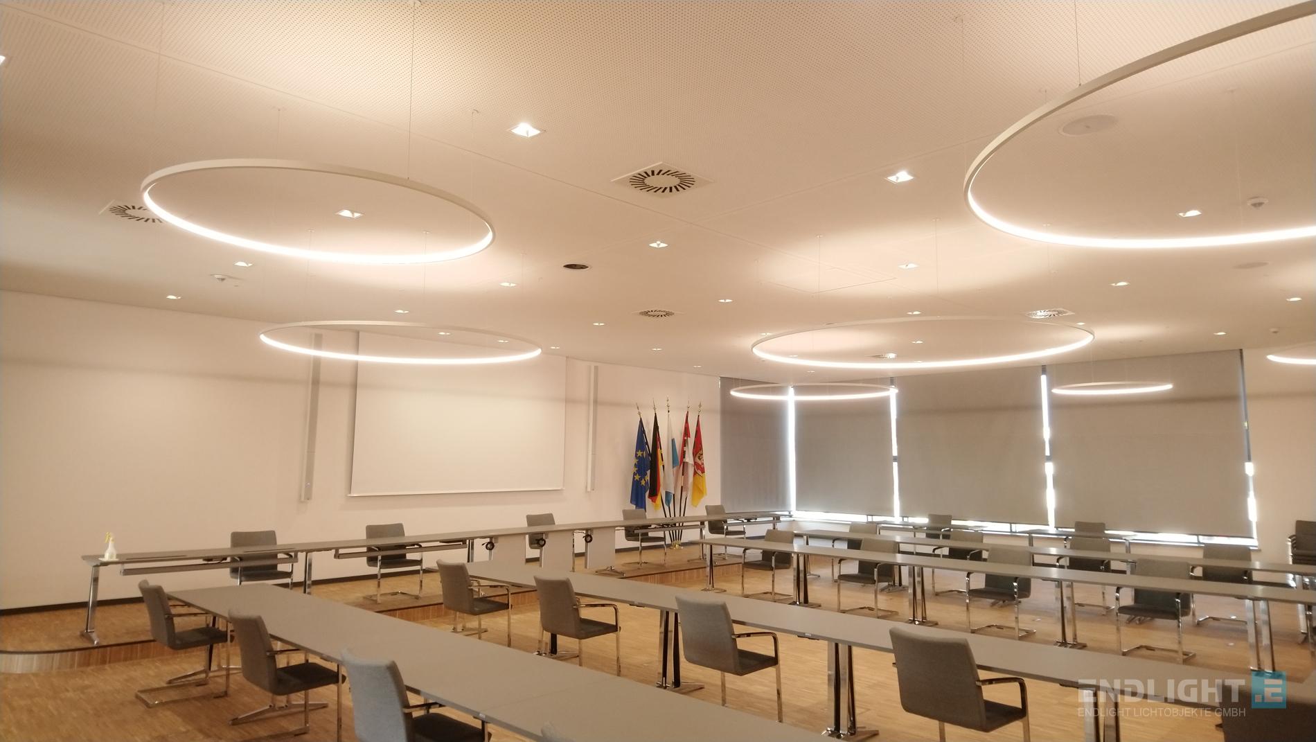 LED LOOPs mit Tunable White LED-Technik von ENDLIGHT Lichtobjekte GmbH im Landratsamt Forchheim