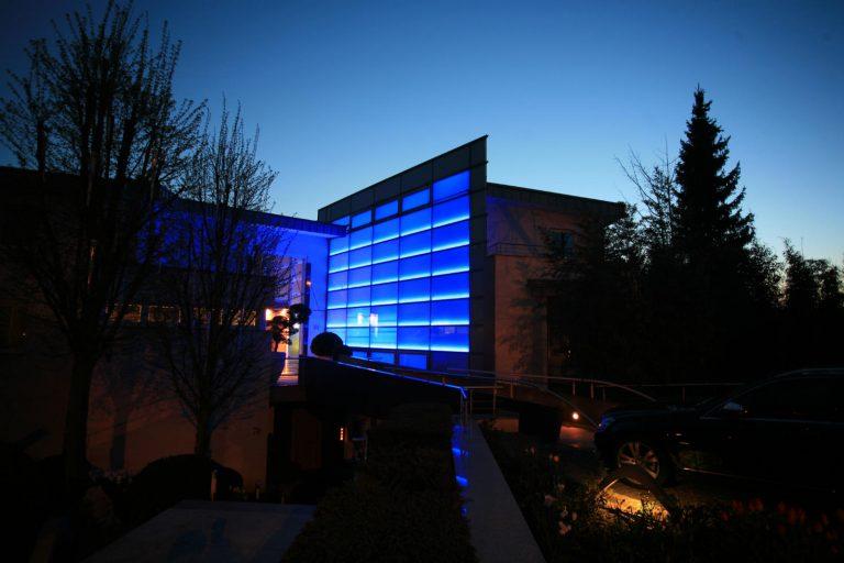 LED LINES multicolor RGB Lichtleisten zur Beleuchtung der Glasfasade mit Farmlicht