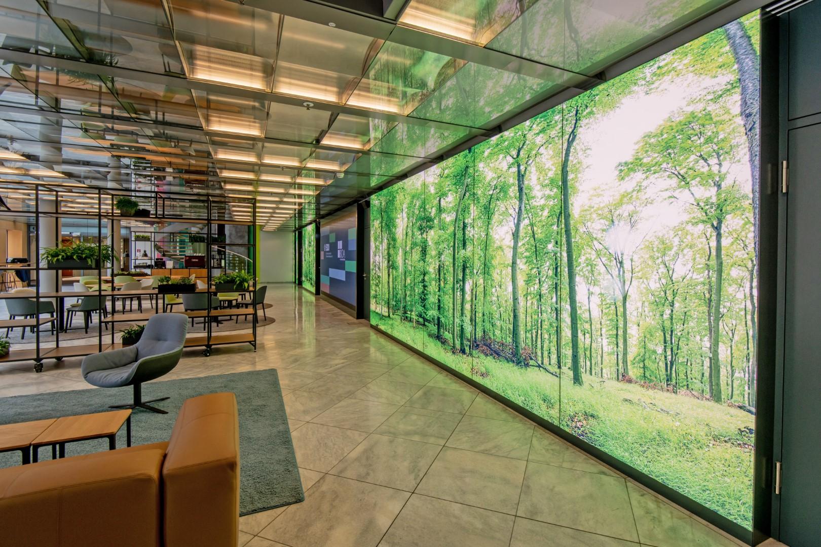 Eingangsportal des BDI/BDA in Berlin. Bedruckte LED-Lichtwände mit Tunable White LED-Technik und Video Wand.