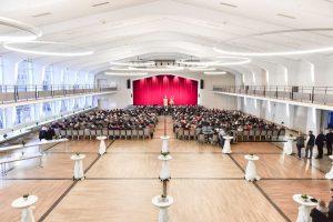 LED LOOP Pendelleuchten in der Stadthalle Schmallenberg