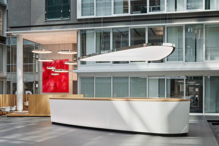 Grosse LED-Pendelleuchte als Sonder-Lichtsystem im Atrium Plaza Frankfurt a.M.