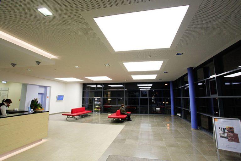LED SHUTTLE Lichtdecken mit Tunable White LED im Philippusstift Essen, Abendstunden, neutralweisse Lichtszene 4000K