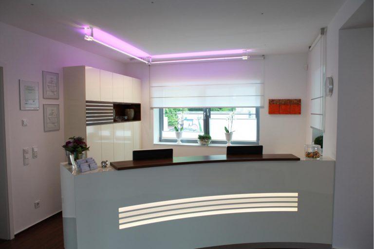 LED PIPE Lichtrohr Deckenbeleuchtung Glas RGB Multicolor im Prävent Centrum Dortmund